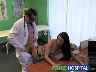 gefälschte Krankenhaus steif durch einen großen steifen Schwanz vom Arzt gefolgt Hals