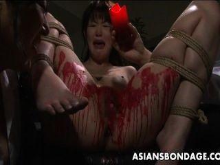 Asian Babe ihre Soldaten in Wachs bedeckt bekommen.