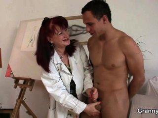 hübsche Dame mag Malerei und seinen Schwanz