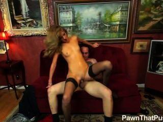 blonde Mädchen in den Strümpfen Pfandleihe Eigentümer verdammt