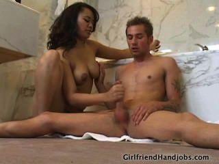busty Babe streichelt einen Schwanz im Bad