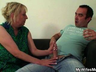 unzüchtig oldie verführt ihn, während seine Frau weg