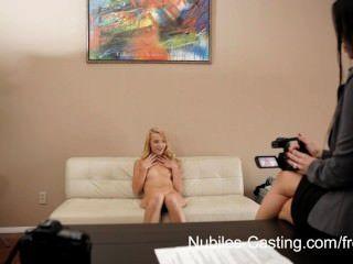 süße Blondine bekommt ihre erste Chance auf Porno