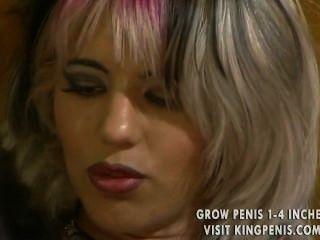 Mädchen mit bunten Haaren hat einige ernste klaffende Löcher zu füllen