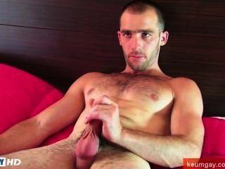 Diese sexy str8slim fit, aber muskulösen Kerl bekommt seinen harten Schwanz von einem Mann wanked!