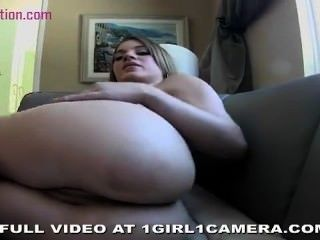 big Titted Teen spielt mit ihrer engen Pussy