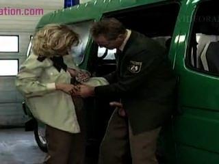 geile blonde MILF liebt Männer in Uniform Mund abspritzen Polizei ficken