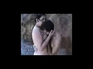 amature Paar Fick auf einem felsigen Strand