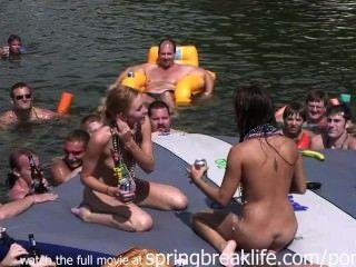 Schlampen auf einem Floß