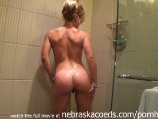 blonde Eskorte nackt Dusche Show in Illinois Hotelzimmer
