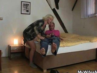 blonde Schwiegermutter verführt mich in Sex