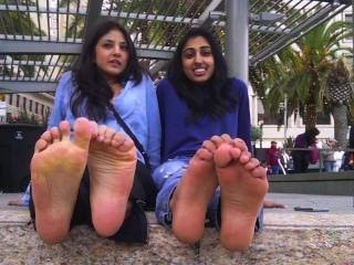 arabische und indische Mädchen zeigen und über ihre stinkende Füße sprechen