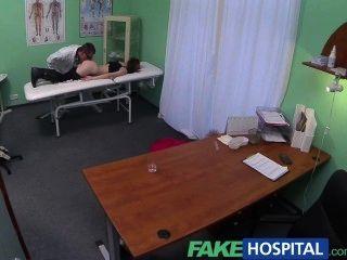 fakehospital petite emo chick macht Arzt schnell blasen