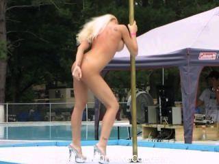 Stripper Wettbewerb in einem FKK-Resort im Freien