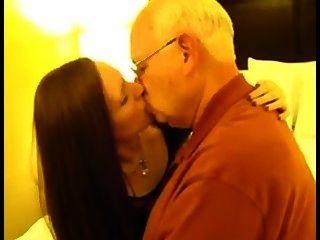 cockhold - Frau küssen alten Mann
