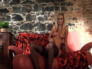 schöne Glamour Babe in Strümpfen und High Heels Stiletto Strippen