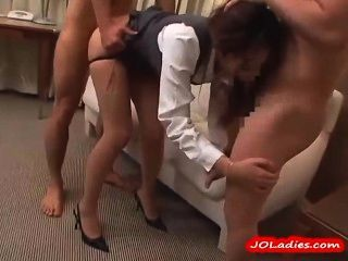 Büro-Dame in Strumpfhosen 3 Jungs gefickt im Hotelzimmer saugen