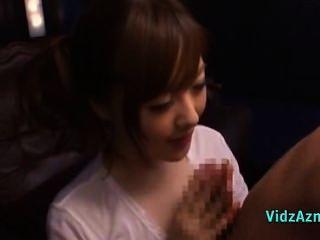 asiatisches Mädchen in der weißen Oberseite Handjob und Blowjob für die Augen verbunden Kerl faci geben