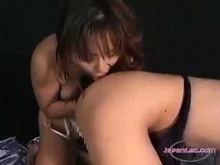 Asiatin ihre Titten bekommen pisst auf dem Bett andere Mädchen Muschi lecken