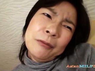 reife Frau ihre Brustwarzen und haarige Muschi immer mit Vibrator o stimuliert