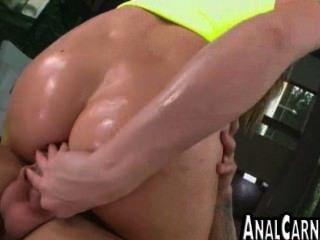 kurvige Milf Arsch bekommt von einem großen Schwanz gefickt anal