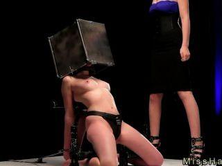 bdsm Babe mit Kopf in Stahlkasten spaked