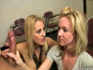 Doppelhandjob im Klassenzimmer
