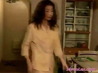 2 Asiatische Mädchen leidenschaftlich saugen Brustwarzen auf dem Flur und lecken küssen