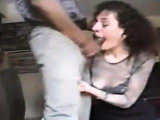 Frau saugt großen schwarzen Schwanz