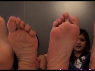 niedliche asiatische Mädchen Fuß necken Socken