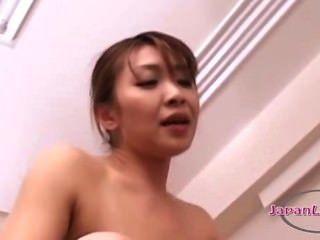 asiatische Frau auf Fotzen in 69 mit jüngeren Mädchen mit Strapon gefickt lecken