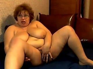 Oma mit riesigen Titten masturbiert