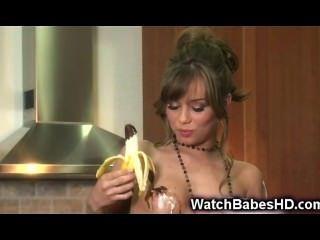 Teen spielt mit Banane und Schokolade!