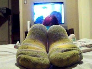 vor dem Fernseher in schmutzigen Socken
