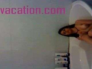 Brünette badet und zeigt Titten für die Kamera