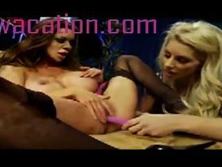 Horney Babes spielen mit hübschen rosa Spielzeug wie die cum hart scissoring