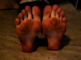 wackeln Zehen mit schmutzigen Füßen und Fußsohlen