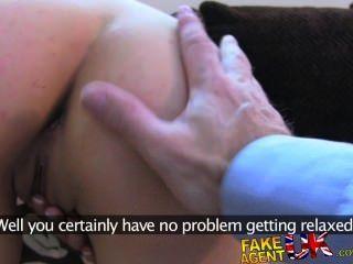 fakeagentuk sexy italienische Babe zeigt unglaublich tiefe Kehle Fähigkeiten