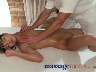 Massageräume petite kleine Titten Babes eng wird von Masseur gefüllt Löcher