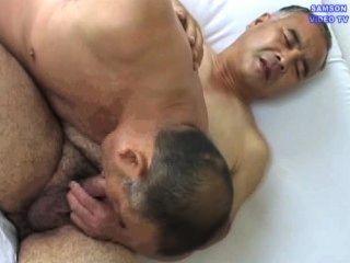 Papa Brille nimmt ein Homosexuell-Sex Unterricht tragen.