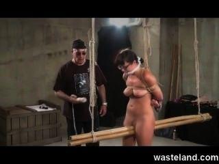 Dungeon Master Bande unterwürfig Brünette und macht sie cum mit Sex-Spielzeug