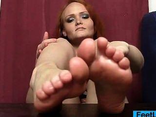Rotschopf Füße und Beine zeigen