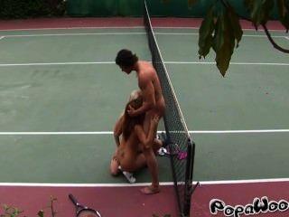 Tennislehrer fickt zwei sexy Studenten