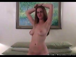 vollbusige holly zeigt ihren Körper und ihre eigenen Titten lecken