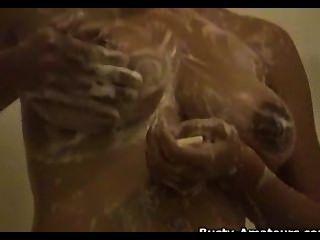 gia zeigt ihre großen natürlichen Titten und Pussy, während Duschen