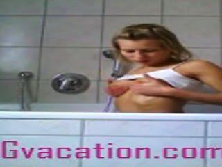 Deutsch tramp zeigt von ihren heißen Körper in der Badewanne