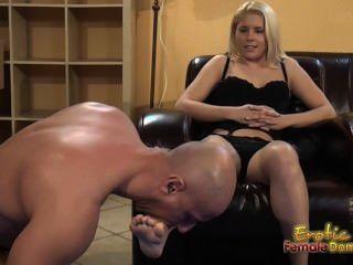 Blondinen sagt unterwürfig Füße zu lecken und essen