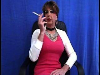 alt Tranny Schlampe raucht