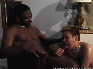 Homosexuell bareback ficken und saugen zwischen verschiedenen Rassen