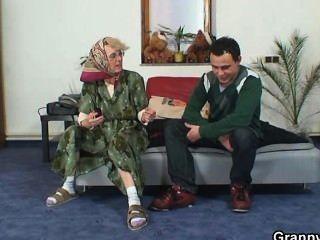 einsame Oma gefällt ein völlig Fremder